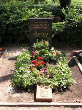 170px-2006-07-24_Friedhof_Schoeneberg_III_Grab_Dietrich[1]