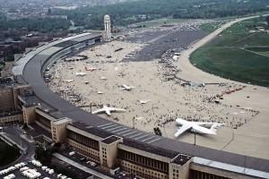 800px-FlughafenBerlinTempelhof1984[1]