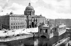 Berlin_Nationaldenkmal_Kaiser_Wilhelm_mit_Schloss_1900[1]
