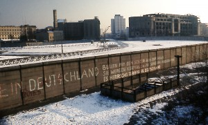 Berlin_Wall_Potsdamer_Platz_November_1975_looking_east_crop[1]