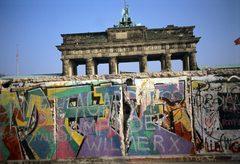 Graffiti an der Berliner Mauer vor dem Brandenburger Tor in Berlin am 12.11...