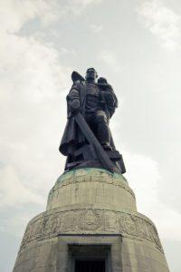 Sowjetdenkmal-Treptower-Park-Berlin-1086[1]